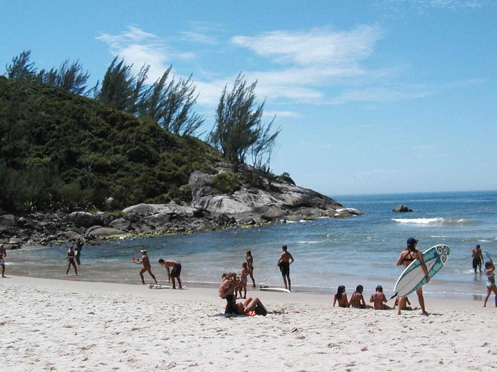 Considerada uma das melhores praias para o surfe, a da Ferrugem também é procurada, de noite, pelos bares e danceterias