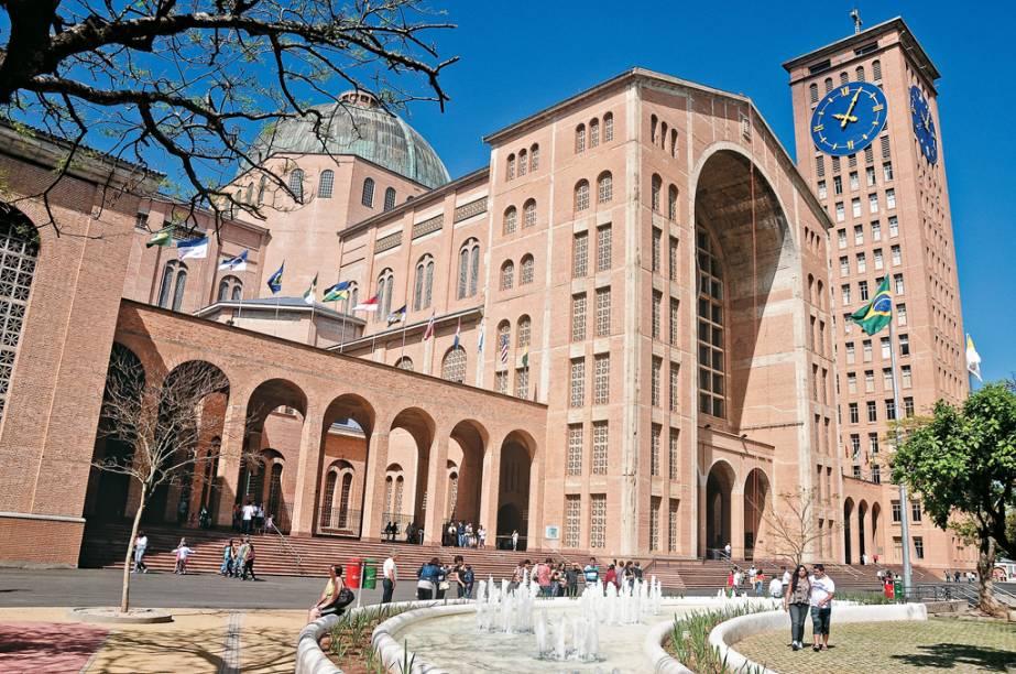 No estacionamento da Basílica de Nossa Senhora Aparecida há shopping com praça de alimentação e lojas de artigos religiosos