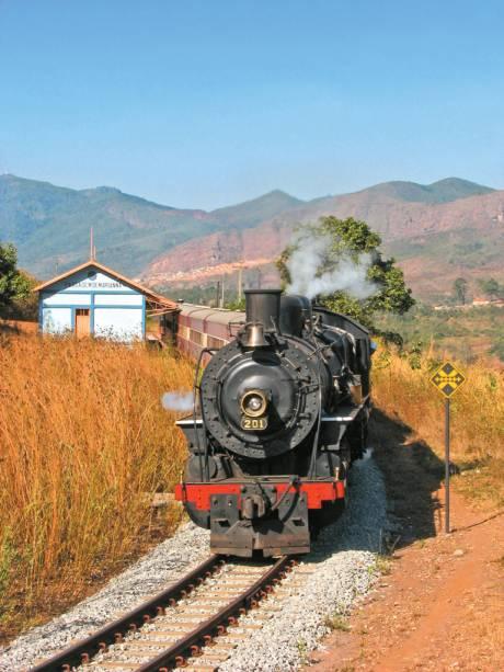 """<a href=""""http://viajeaqui.abril.com.br/estabelecimentos/br-mg-mariana-atracao-passeio-de-trem-ate-ouro-preto"""" rel=""""Passeio de maria-fumaça em Mariana"""">Passeio de maria-fumaça em Mariana</a>, Minas Gerais; o percurso do trem vai até <a href=""""http://viajeaqui.abril.com.br/cidades/br-mg-ouro-preto"""" rel=""""Ouro Preto"""">Ouro Preto</a>"""