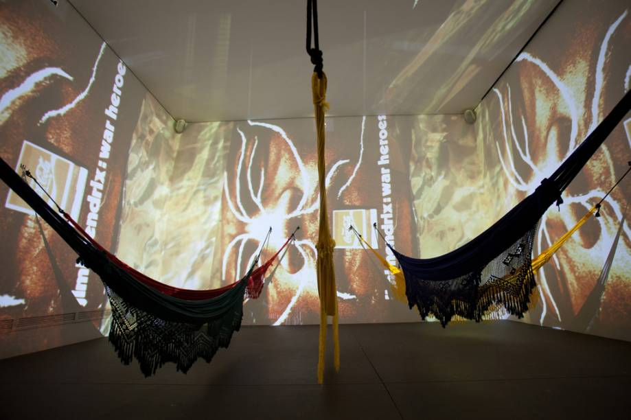 """Cosmococa 5 Hendrix War"", de Hélio Oiticica e Neville D´Almeida, na Galeria Cosmococa"