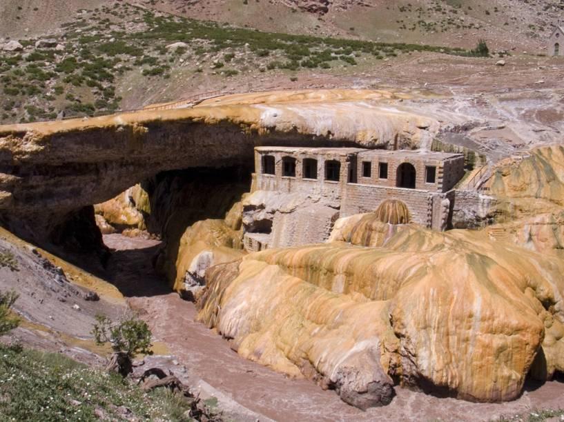 A Puente del Inca é uma ponte rochosa sobre o Rio las Cuevas. Ali estão as ruínas de um hotel destruído por uma avalanche na década de 60.