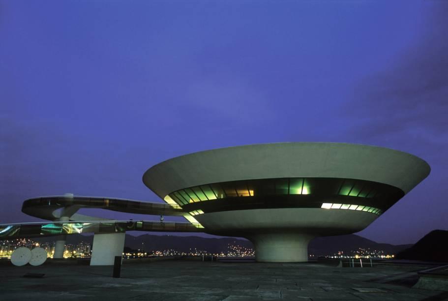 """A ideia do formato do <a href=""""http://viajeaqui.abril.com.br/estabelecimentos/br-rj-niteroi-atracao-museu-de-arte-contemporanea"""" rel=""""Museu de Arte Contemporânea"""">Museu de Arte Contemporânea</a> (MAC) surgiu a partir da necessidade de construir um museu em uma área estreita, no alto do Mirante Boa vista, em Niterói (RJ)"""