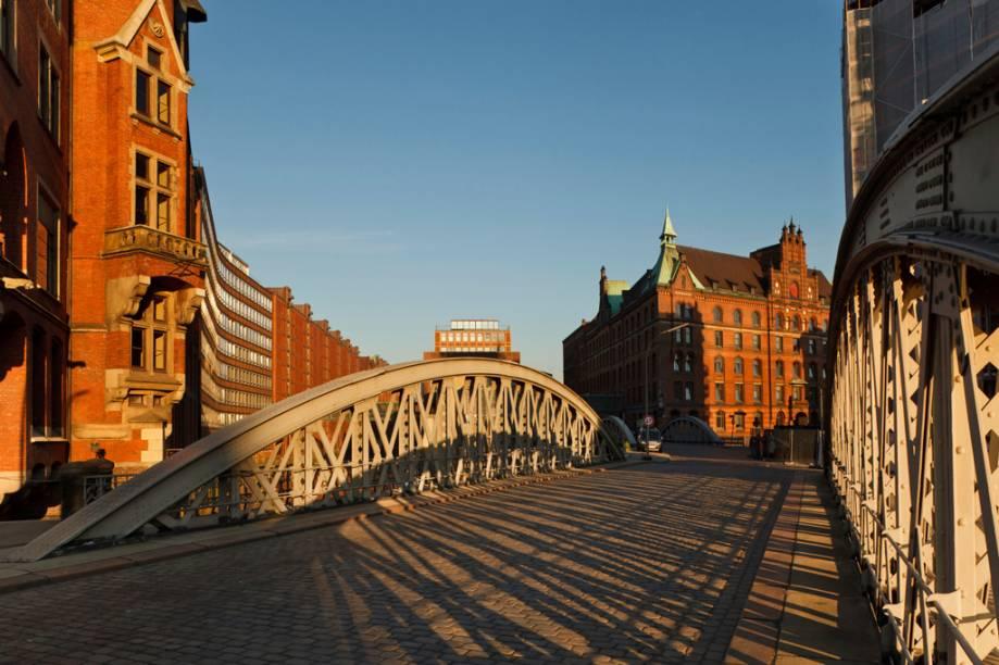 Cidade portuária, Hamburgo tem mais de 2 mil pontes que transpõem os canais da cidade. Por esse motivo, ganhou o título de Veneza Germânica
