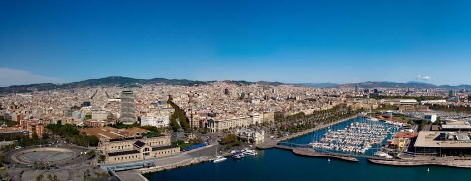 Vista panorâmica de Barcelona, localizada entre as montanhas e o mar