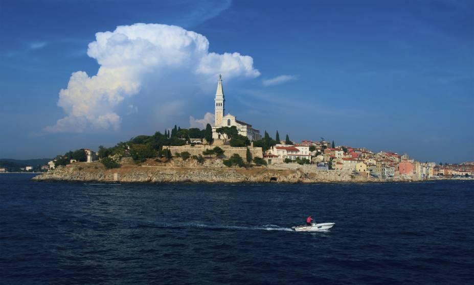"""Uma península no norte da <strong>Croácia</strong>, <strong>Istria</strong> é chamada de """"nova Toscana"""", em referência à famosa região turística na Itália. Um dos destaques da região é a romântica <strong>Ilha de Rovinj</strong>, na foto"""