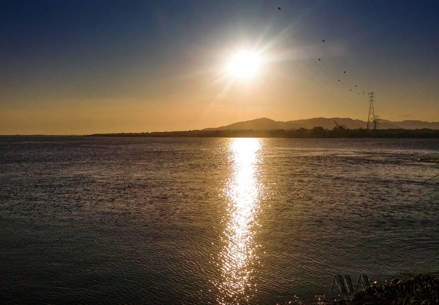 """A estrada é de terra, mas é boa e não são permitidos carros, o que torna tudo mais seguro. O caminho desce pela úmida e exuberante Serra do Mar até a vila <a href=""""http://viajeaqui.abril.com.br/estabelecimentos/br-sp-sao-sebastiao-atracao-praia-da-barra-do-una"""" target=""""_blank"""">Barra do Una</a>, à beira da praia. Dá pra fazer o passeio em uma manhã e almoçar em Barra do Una. Para voltar... Você pode pedalar morro acima ou pegar um ônibus"""