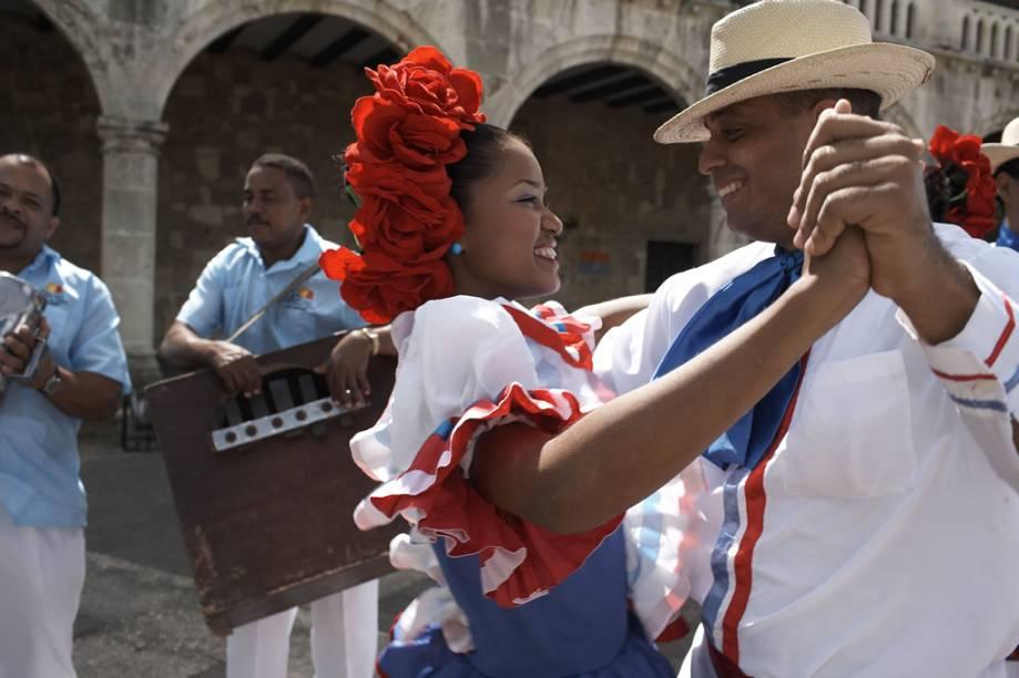 Dançarinos com roupas típicas se apresentam ao som do merengue na Plaza España