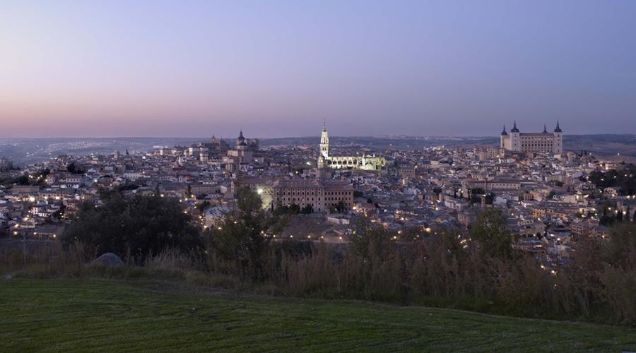 Com construções e obras de arte da Idade Média, a cidade de Toledo, a meia hora de trem de Madri, sobrevive como um museu ao ar livre