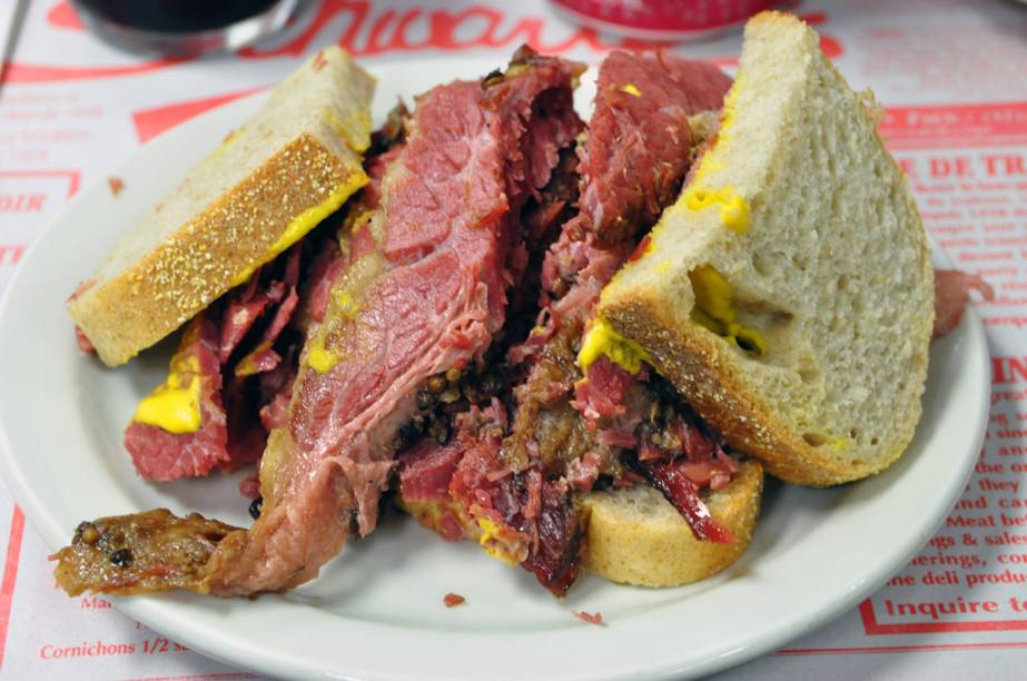Sanduíche com carne defumanda, servida na lanchonete Schwartzs, em Montreal