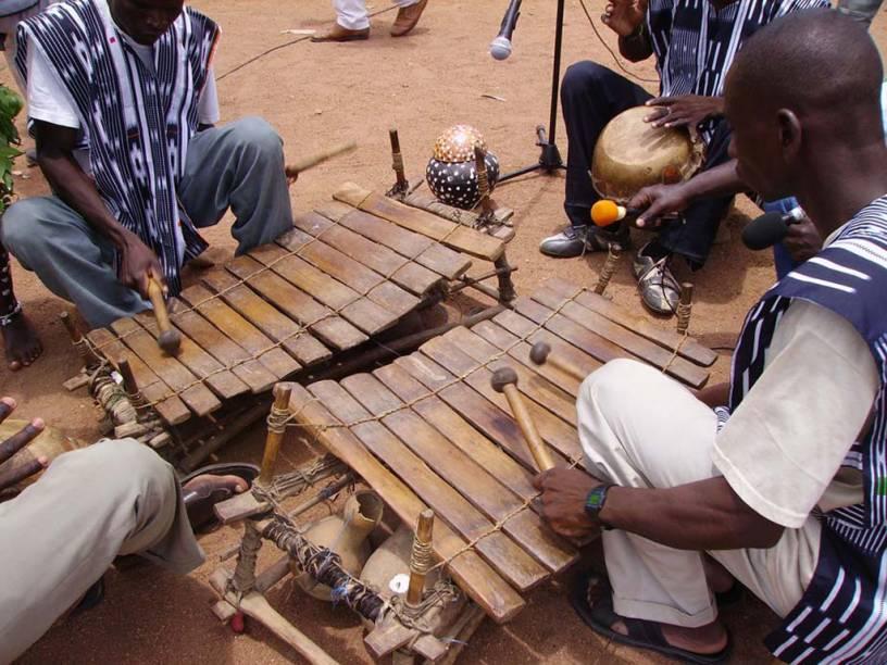 O <strong>balafon</strong>, um xilofone com 11 a 22 teclas de vários tamanhos, é um símbolo de identidade para as comunidades senufo de <strong>Mali e Burkina Faso</strong>. Os músicos aprendem a tocar o instrumento ainda crianças. Ele é tocado em festas e funerais