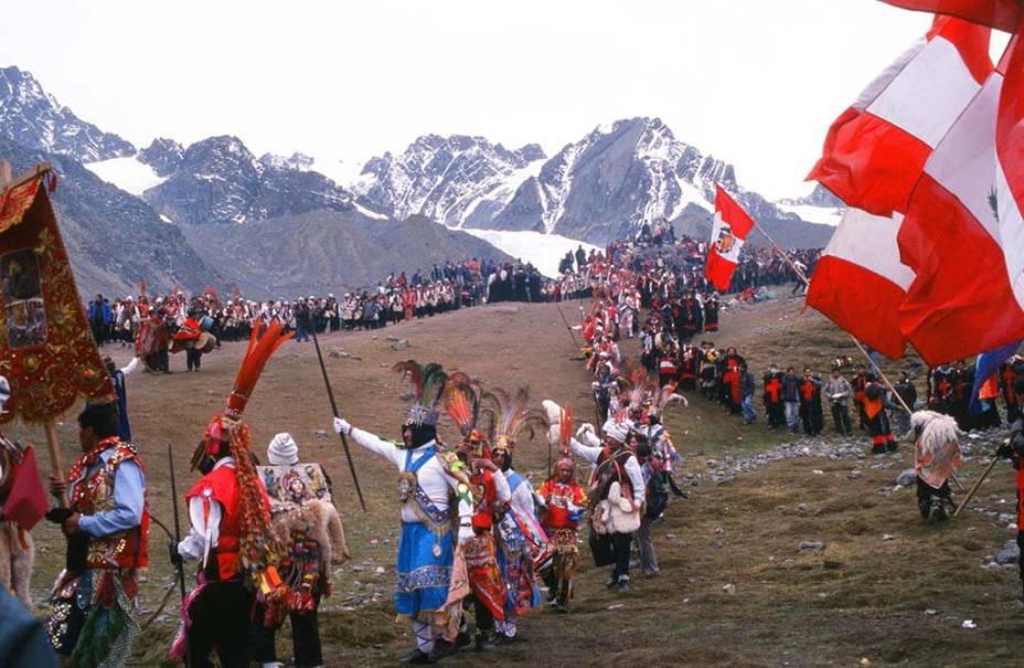 A <strong>peregrinação ao santuário do Senhor de Qoyllurit'i</strong>, no <strong>Peru</strong>, começa 58 dias após a Páscoa. Durante 24 horas, procissões com cruzes sobem o cume nevado da montanha até o povoado de Tayancani