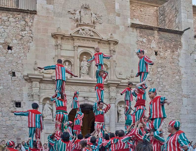 A festa da <strong>Maré de Deu de la Salut</strong>, é celebrada em 7 e 8 de setembro em Algemesí, <strong>Espanha</strong>. As festividades incluem representações de teatro, música e dança e atraem milhares de pessoas que usam roupas e acessórios confeccionados artesanalmente