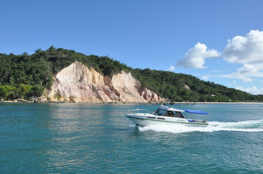 Os mergulhos com cilindro acontecem nas lajes do Forte, do Tatiba e Tatimirim. A melhor época para a atividade é entre dezembro e março