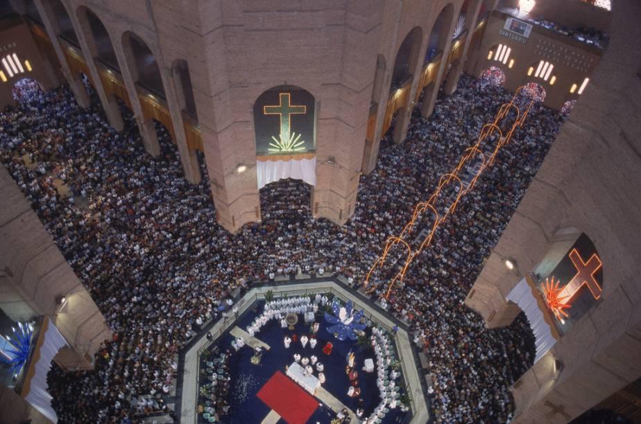 Cerimônia religiosa no Santuário de Nossa Senhora Aparecida, no dia da Santa Padroeira do Brasil