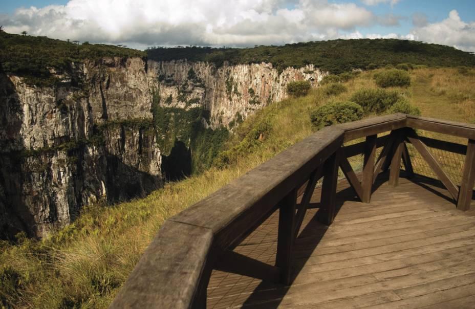 Com 5,8 km de extensão e 720 m de profundidade o Cânion do Itaimbezinhoo é a principal atração do Parque Nacional de Aparados da Serra (RS/SC)