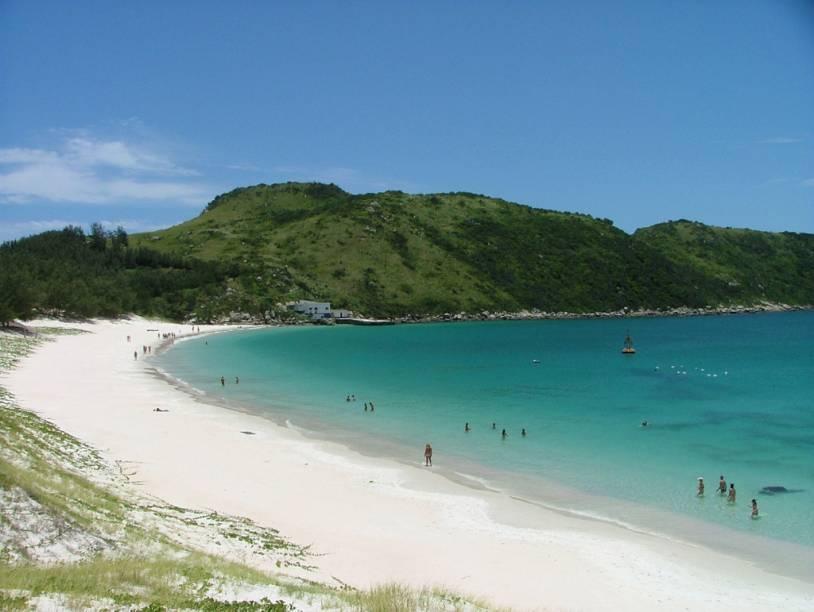 Praia em Arraial do Cabo; a cidade costuma ser destino de bate-e-volta a partir de Búzios ou Cabo Frio, mas a dica é ficar mais tempo para aproveitar as belas praias