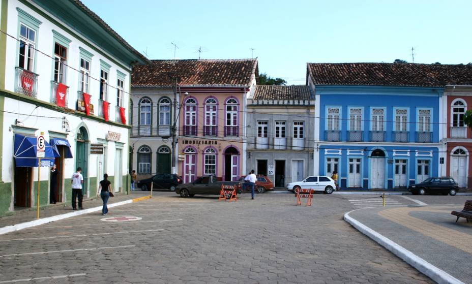 """<strong><a href=""""http://viajeaqui.abril.com.br/cidades/br-sp-sao-luiz-do-paraitinga"""" target=""""_self"""">São Luiz do Paraitinga</a>, <a href=""""http://viajeaqui.abril.com.br/estados/br-sao-paulo"""" target=""""_self"""">São Paulo</a></strong> Com um patrimônio arquitetônico formado por casas dos séculos XVIII e XIX, essa pequena cidade soube dar a volta por cima depois das enchentes que devastaram a região em 2010. Festivais temáticos, como a Festa do Divino, seguem cativando a atenção dos turistas. Além de suas charmosas construções históricas, há muitas atrações naturais nos arredores que valem uma esticadinha na viagem <em><a href=""""http://www.booking.com/city/br/sao-luis-do-paraitinga.pt-br.html?aid=332455&label=viagemabril-cidades-historicas-do-brasil"""" target=""""_blank"""">Veja preços de hotéis em São Luiz do Paraitinga no Booking.com</a></em>"""