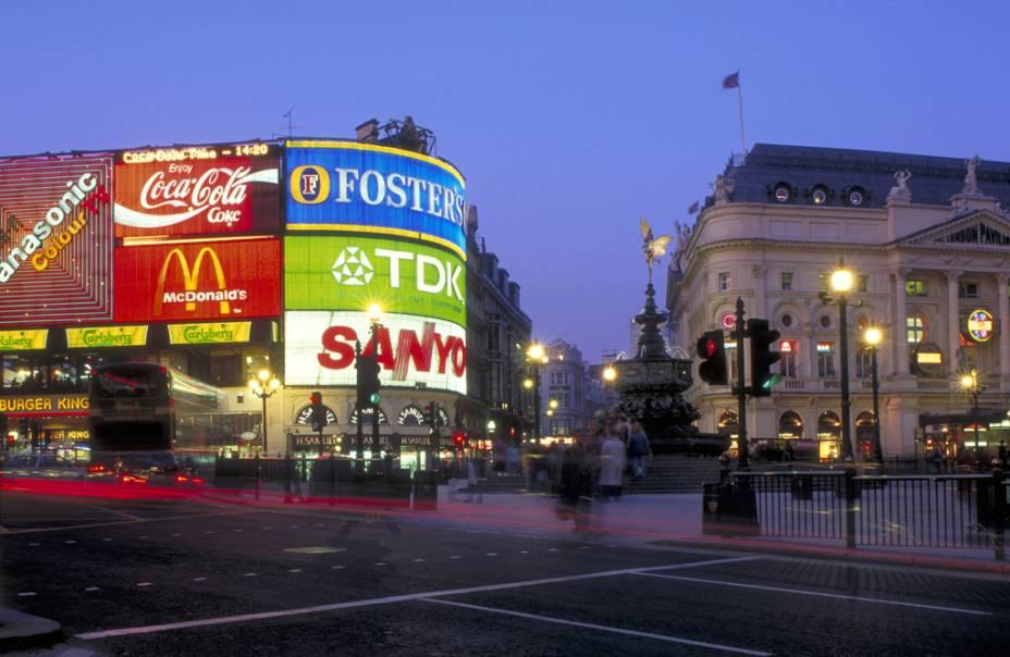A Praça Piccadilly Circus e a fonte de Eros