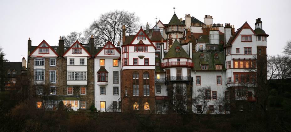 A quadra Ramsay Gardens reúne 16 prédios residenciais luxuosos em Edimburgo