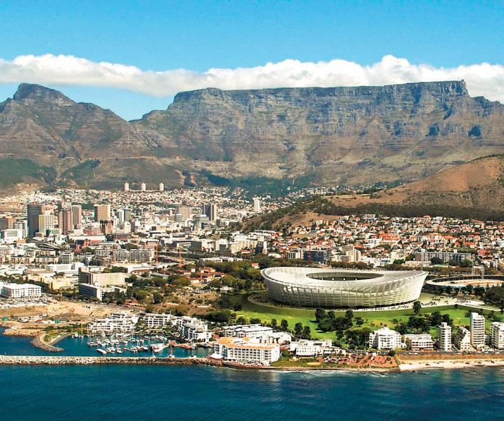 """O estádio Green Point se localiza estrategicamente entre o mar e a <a href=""""http://viajeaqui.abril.com.br/estabelecimentos/africa-do-sul-cidade-do-cabo-atracao-table-mountain"""" rel=""""Table Mountain"""" target=""""_blank"""">Table Mountain</a>"""