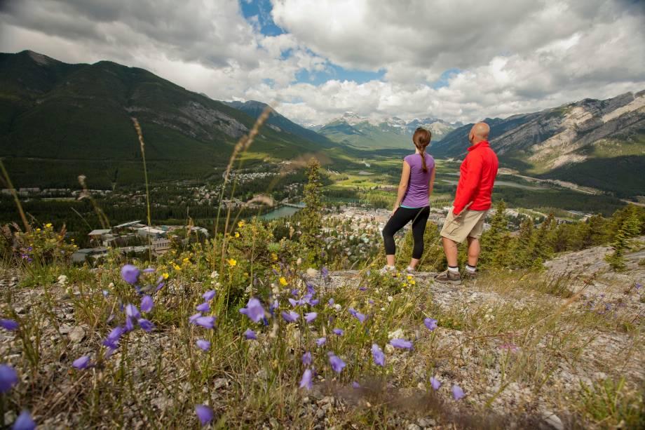<strong>Caminhada até o topo da Montanha Tunnel</strong>        A caminhada é de dificuldade moderada, com 2,4km e 260m de elevação. O começo da trilha é na própria cidade de Banff, com o Monte Rundle se erguendo magesticamente ao sul da paisagem