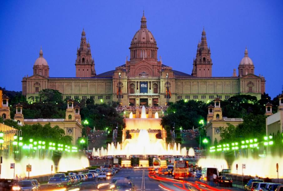 A Fonte Mágica, em frente ao Palácio de Montjuïc, proporciona um espetáculo de luzes e sons para os turistas que visitam o local à noite