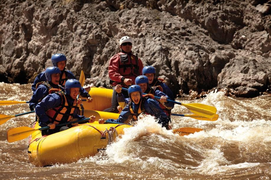 As corredeiras revoltas do Rio Mendoza, originadas do degelo dos Andes, são ideais para o rafting