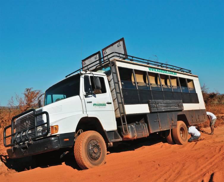 """O caminhão da <a href=""""http://korubo.com.br/"""" target=""""_blank"""" rel=""""noopener""""><strong>Korubo</strong></a>, empresa que mantém um acampamento no Jalapão"""