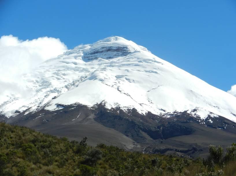 """<a href=""""http://viajeaqui.abril.com.br/paises/equador"""" target=""""_blank"""" rel=""""noopener""""><strong>Cotopaxi, Equador </strong></a> Seu cone perfeitamente simétrico atrai escaladores do mundo todo. Sua subida não é altamente técnica, mas é preciso fazer um curso de viagem por glaciers usando grampões, picaretas de gelo e cordas antes de atacar o topo. Tropas de cavalos selvagens vivem pelos campos aos pés do vulcão e o belo lago Limpiopungo fazem a visita valer a pena mesmo se não for subir até o alto da montanha."""