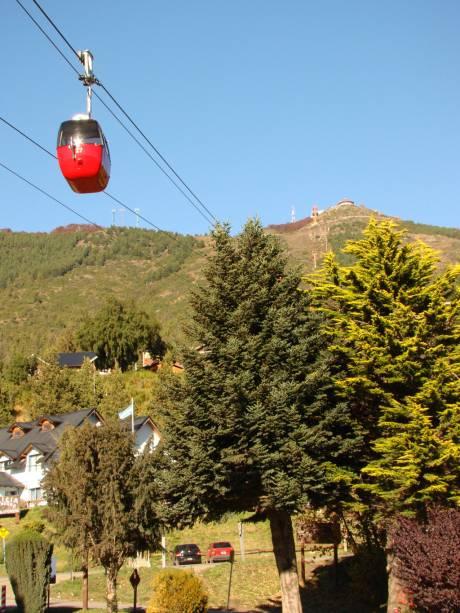 Para chegar até o topo de Cerro Otto, a 1.405 metros sobre o nível do mar, pegue carona no teleférico. A viagem dura doze minutos e transporta até quatro passageiros