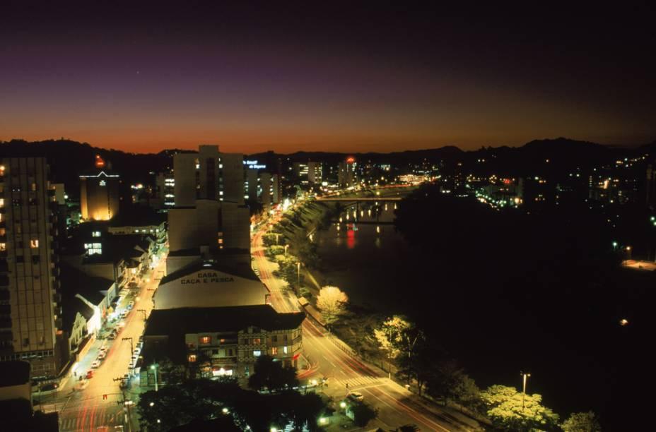"""Vista noturna de <a href=""""http://viajeaqui.abril.com.br/cidades/br-sc-blumenau"""" rel=""""Blumenau (SC)"""" target=""""_blank"""">Blumenau (SC)</a>, a cidade mais """"alemã"""" do Brasil"""