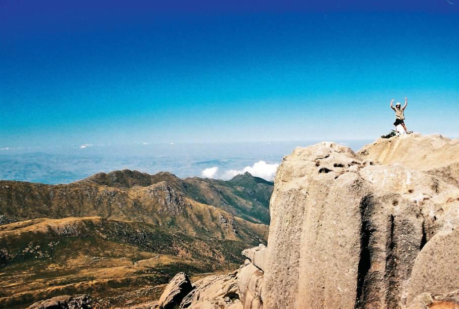 O Pico das Prateleiras e seus 2 540 metros exigem respeito. Do Abrigo Rebouças até a base do pico, que parece ter sido esculpido manualmente, a subida exige um pouco das pernas. Quem não estiver bem preparado e sofrer com medo de altura, pode parar por aí que a vista já vale a pena. Os mais corajosos podem seguir por uma hora e meia montanha acima, passando por estreitas passagens e desafiadoras fendas