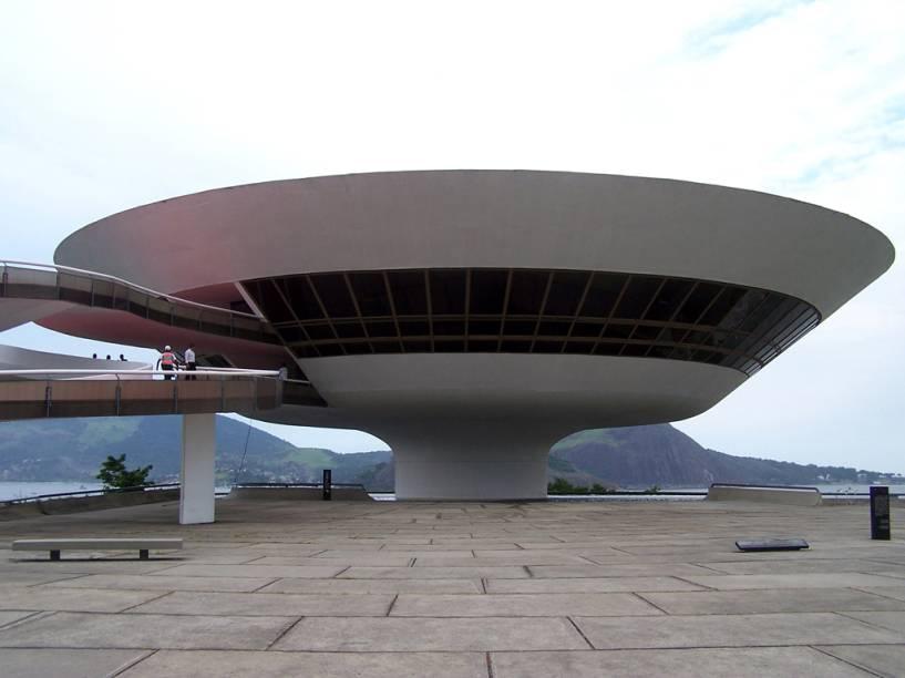 """<strong>22. <a href=""""http://viajeaqui.abril.com.br/estabelecimentos/br-rj-niteroi-atracao-museu-de-arte-contemporanea"""" rel=""""Museu de Arte Contemporânea"""" target=""""_self"""">Museu de Arte Contemporânea</a>, <a href=""""http://viajeaqui.abril.com.br/cidades/br-rj-niteroi"""" rel=""""Niterói"""" target=""""_self"""">Niterói</a>, <a href=""""http://viajeaqui.abril.com.br/estados/br-rio-de-janeiro"""" rel=""""Rio de Janeiro"""" target=""""_self"""">Rio de Janeiro</a></strong>                O prédio, projetado por Oscar Niemeyer, é um destaque por si só. O museu reúne um acervo pequeno, mas significativo, com obras de artistas como Jorge Guinle, Lygia Clark, Amílcar de Castro e Iberê Camargo"""