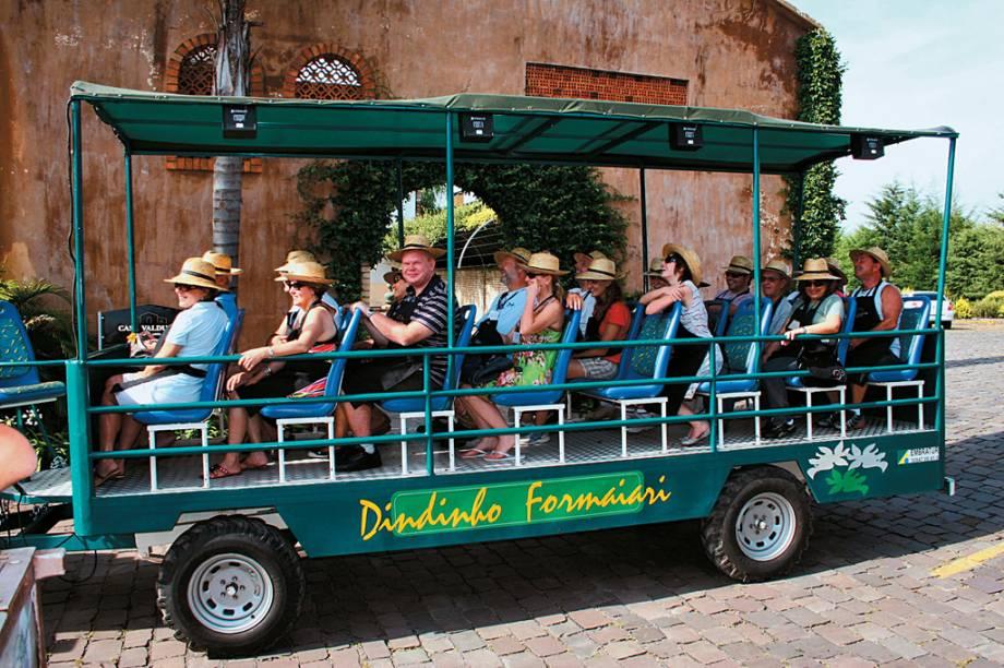"""Turistas, de jardineira, conhecendo a Casa Valduga durante a """"Festa da Vindima"""", atração da vinícola do Vale dos Vinhedos"""