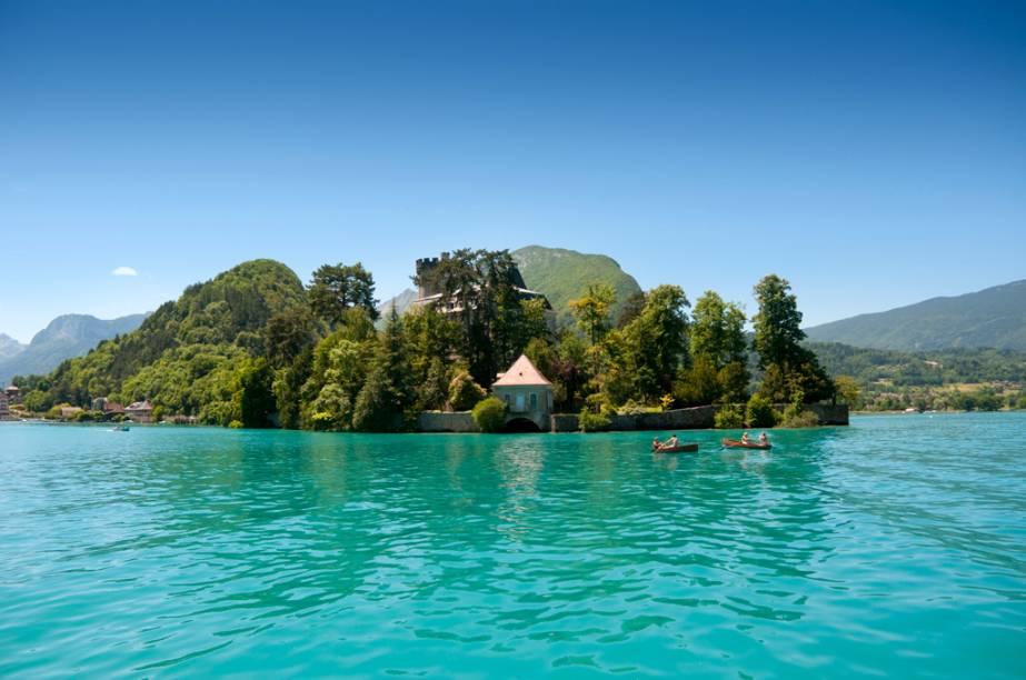 """Situada à beira do precioso lago homônimo, Annecy parece em algumas partes uma espécie de Veneza dos <a href=""""http://viajeaqui.abril.com.br/cidades/franca-alpes-franceses"""" rel=""""Alpes Franceses"""" target=""""_blank"""">Alpes Franceses</a>, tamanha a proximidade dos edifícios com as águas<strong><a href=""""http://viajeaqui.abril.com.br/materias/venezas-do-mundo-conheca-os-destinos-que-sao-famosos-pelos-seus-rios-e-canais"""" rel=""""+ Venezas do mundo: conheça os destinos que são famosos pelos seus rios e canais"""" target=""""_blank"""">+ Venezas do mundo: conheça lugares famosos pelos seus rios e canais</a></strong>"""