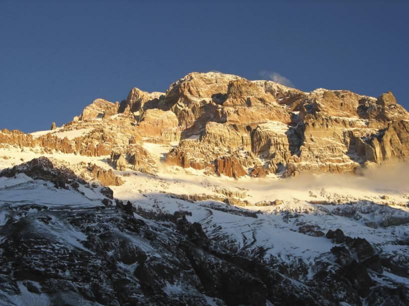 """Com 6.962 metros, o Aconcágua, conhecido como """"teto das Américas"""", é o ponto mais alto do continente e do hemisfério ocidental. Montanhistas do mundo todo buscam seu topo nevado"""