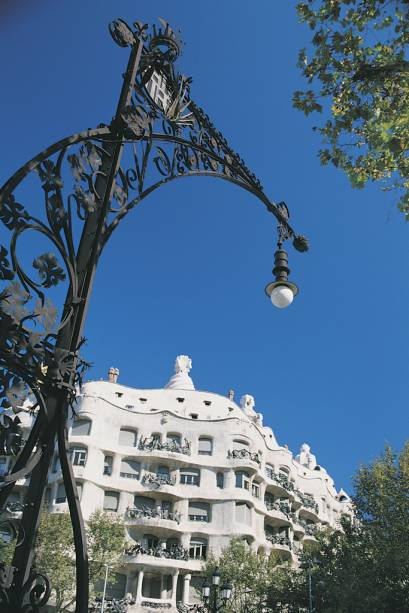 Cheia de curvas, a Casa Milá foi alvo de polêmica quando foi construída por Gaudí no século 19