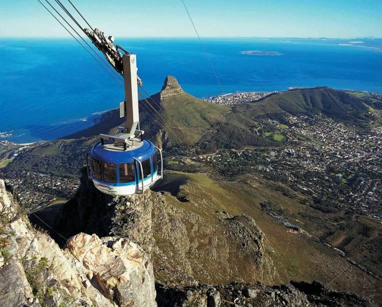 O bondinho leva até o alto da Table Mountain. Durante a subida, ele dá um giro de 360 graus, oferecendo uma vista panorâmica da cidade