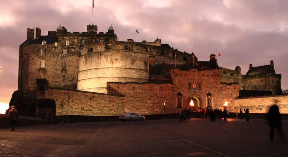 O Castelo de Edimburgo conta com o museu dos guardas Royal Scots, as joias da Coroa escocesa, a famosa pedra do destino – onde os monarcas eram coroados – e o palácio real, local de nascimento de James Stuart, o rei que unificaria as coroas da Escócia, Inglaterra e Irlanda