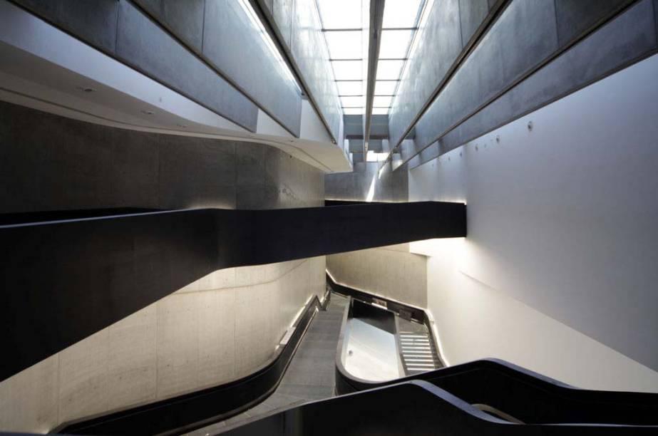 """<strong>Maxxi, Roma, Itália</strong>            O <a href=""""http://viajeaqui.abril.com.br/estabelecimentos/italia-roma-atracao-maxxi-museo-nazionale-delle-arti-del-xxi-secolo"""" rel=""""Maxxi """">Maxxi </a>(Museo Nazionale delle Arti del XXI Secolo), desenhado por Zaha Hadid (Pritzker de 2004), tem alas dedicadas a arte e arquitetura, mas cinema e fotografia também têm espaço nas salas de exibição. A premiada arquiteta anglo-iraquiana é responsável por grandes projetos, como o Centro Aquático de <a href=""""http://viajeaqui.abril.com.br/cidades/reino-unido-londres"""" rel=""""Londres"""">Londres</a> e o Centro de Artes Perfomáticas de <a href=""""http://viajeaqui.abril.com.br/cidades/emirados-arabes-unidos-abu-dhabi"""" rel=""""Abu Dhabi"""">Abu Dhabi</a>, ainda em fase de construção"""