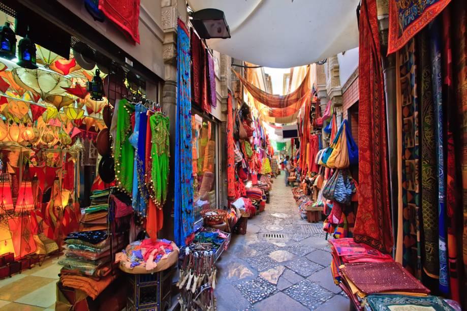 A influência que os árabes exerceram sobre Granada pode ser sentida nas ruas da cidade até hoje, principalmente em sua lojas enfeitadas com narguilês, tapetes, lenços e bules de chá