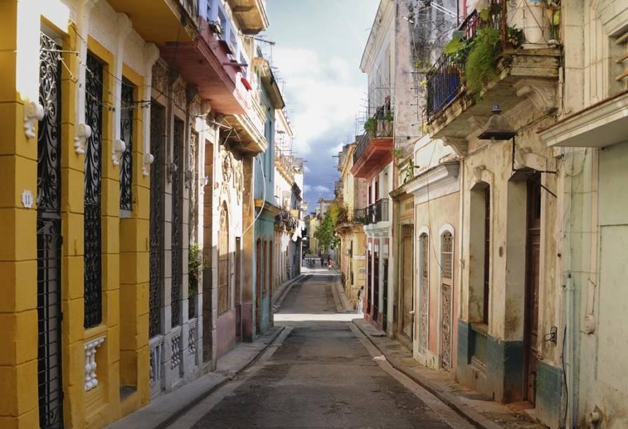Caminhar pelas ruas e vielas é o melhor jeito de conhecer Havana e suas antigas construções