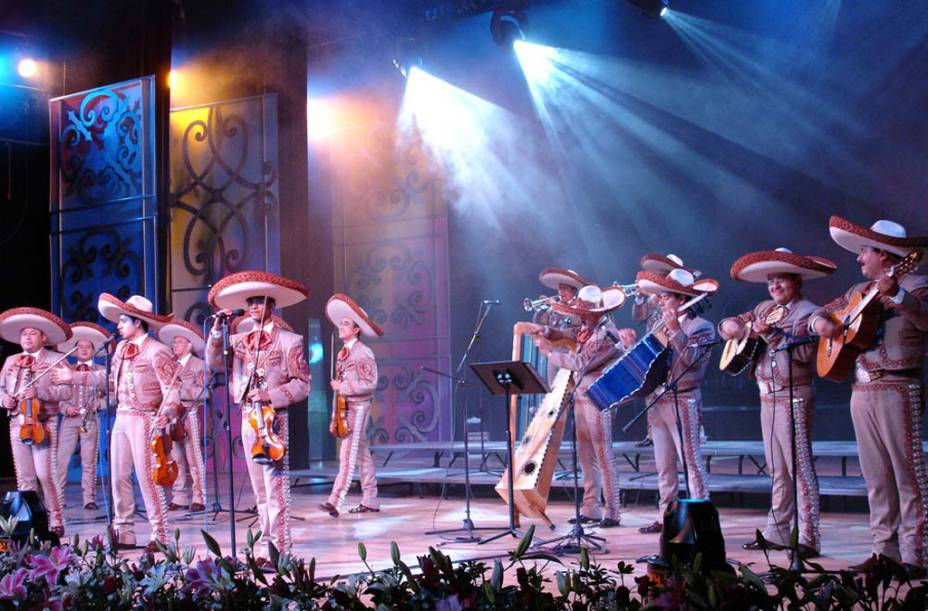 """O <strong>mariachi </strong>é uma música tradicional da cultura do <strong>México </strong>que preserva valores, história e diferentes dialetos indígenas. Os grupos, com quatro ou mais músicos vestidos com trajes de """"charro"""", tocam trompetes, violinos, """"vihuelas"""" e """"guitarrones"""" em festas"""