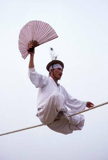Com origem na <strong>Coreia do Sul</strong>, o <strong>jultagi </strong>é a tradição de andar em cima de uma corda, fazendo proezas acrobáticas, contando piadas, fazendo imitações e até cantando, ao som de uma orquestra