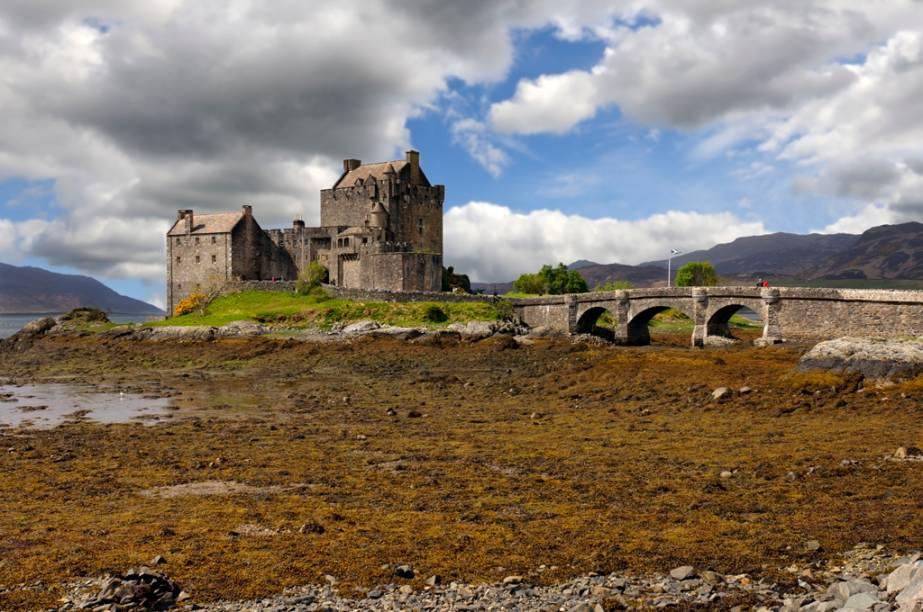 """Um dos mais poderosos símbolos da <a href=""""http://viajeaqui.abril.com.br/paises/escocia"""" rel=""""Escócia"""" target=""""_blank"""">Escócia</a>, o sinistro castelo de Eilean Donan, numa ilhota do Loch Duich, teve suas primeiras fortificações erguidas no século 13, como forma de defender a região dos vikings"""