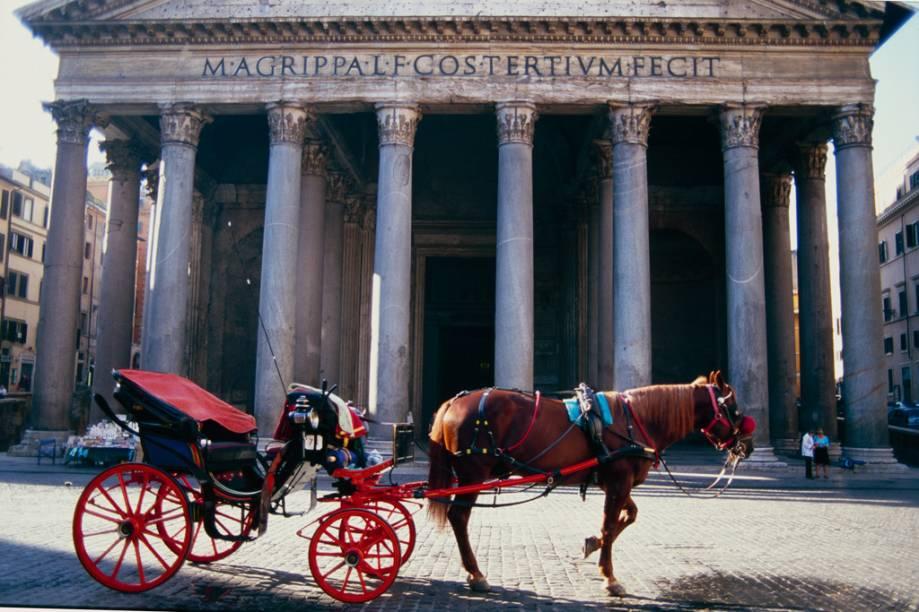 Charrete em frente ao Panteão de Agripa, monumento greco-romano na Piazza della Rotonda