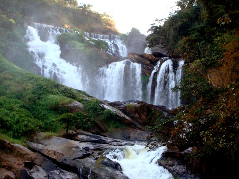 """Esta rota de 200 km passa por <a href=""""http://viajeaqui.abril.com.br/estados/br-minas-gerais"""" target=""""_blank"""">Minas Gerais</a> quase na fronteira com <a href=""""http://viajeaqui.abril.com.br/estados/br-espirito-santo"""" target=""""_blank"""">Espírito Santo</a> e <a href=""""http://viajeaqui.abril.com.br/estados/br-rio-de-janeiro"""" target=""""_blank"""">Rio de Janeiro</a>. Ela começa na cidade de Tombos e termina em <a href=""""http://viajeaqui.abril.com.br/cidades/br-mg-alto-caparao"""" target=""""_blank"""">Alto Caparaó</a>. As vias são, em sua maioria, de estrada de terra, e cortam distritos pequenos e muita natureza. O trajeto todo pode ser percorrido em 4 dias com folga. De Alto Caparaó, é possível subir até o <a href=""""http://viajeaqui.abril.com.br/estabelecimentos/br-mg-alto-caparao-atracao-pico-da-bandeira"""" target=""""_blank"""">Pico da Bandeira</a>.<a href=""""http://www.caminhodaluz.org.br/"""" target=""""_blank"""">Veja mais informações no site oficial</a>"""
