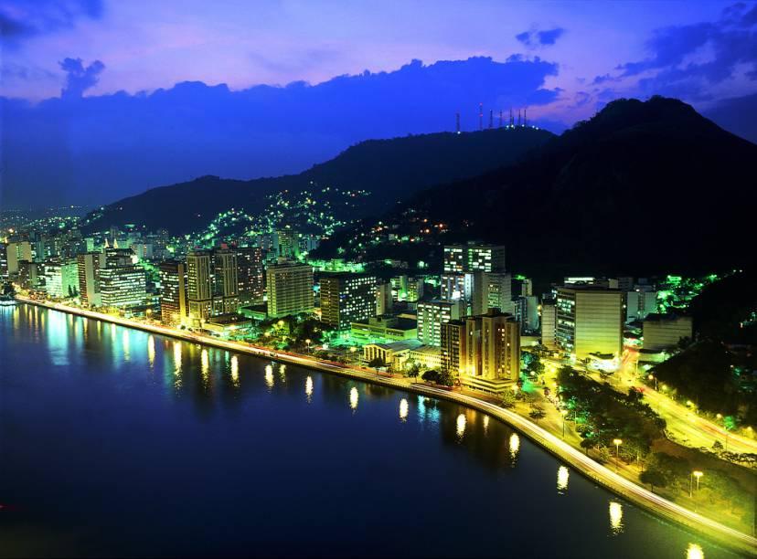 Vitória tem clima agradável, com ruas e avenidas emolduradas por grandes pedras e pelo mar