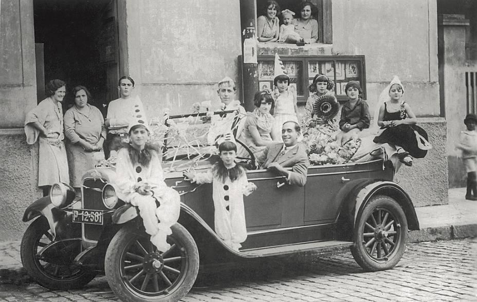 """Na década de 20, a Avenida Paulista era a """"passarela do samba"""", por onde os foliões desfilavam em carros abertos"""