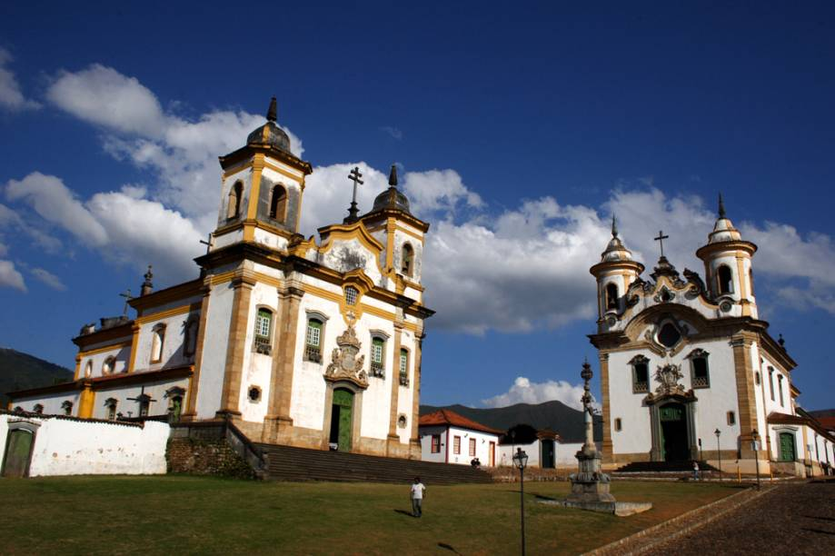 As igrejas de São Francisco de Assis (à esquerda) e de Nossa Senhora do Carmo, e o Pelourinho no centro da Praça Minas Gerais em Mariana (MG)